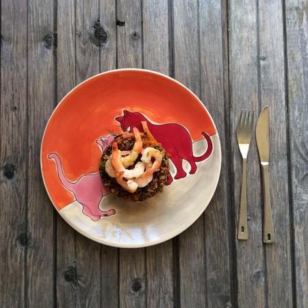Красный рис с овощами и грибами, заправленный куркумой, паприкой и амбой, с креветками