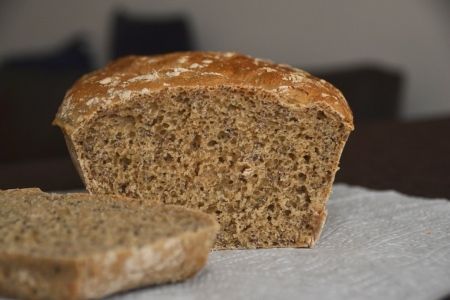 хлеб из цельнозерновой муки с маком и льняными семечками